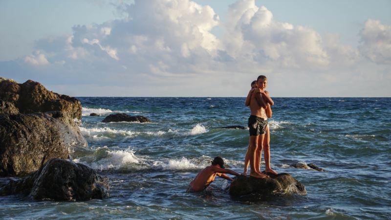 Там, где волны встречаются с камнями. Балаклава в закатных красках (фотогалерея)