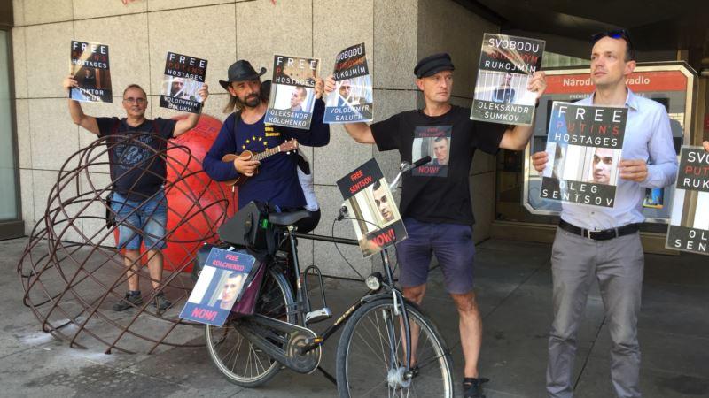 В Праге активисты проводят акцию-напоминание о Сенцове, Сущенко и Балухе (+фото)