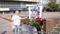 В Симферополе нет ажиотажа у стенда с портретом главы группировки «ДНР» Захарченко (+фото)