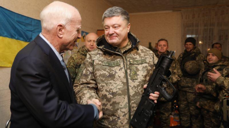 Порошенко на прощании с Маккейном назвал его героем Украины