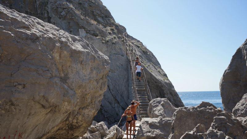 Ночью в Крыму со скал сорвались две женщины – МЧС