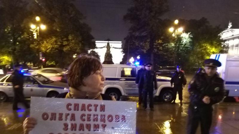 В Петербурге задержали участников пикетов в поддержку Сенцова
