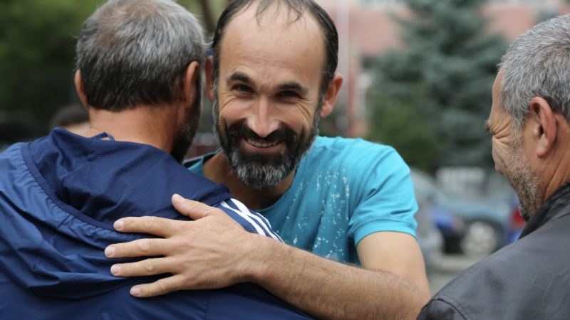 «Абсолютный рекордсмен». Как встречали активиста Мустафаева после ареста (фоторепортаж)