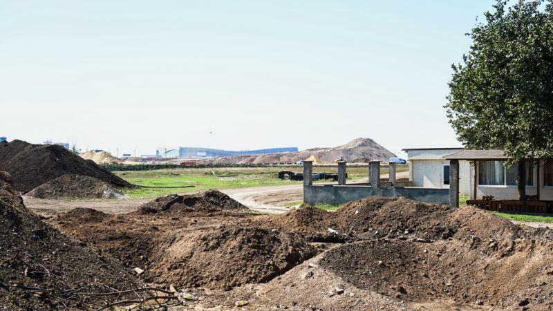 Под крылом самолета: как живет село у нового симферопольского аэропорта (фоторепортаж)