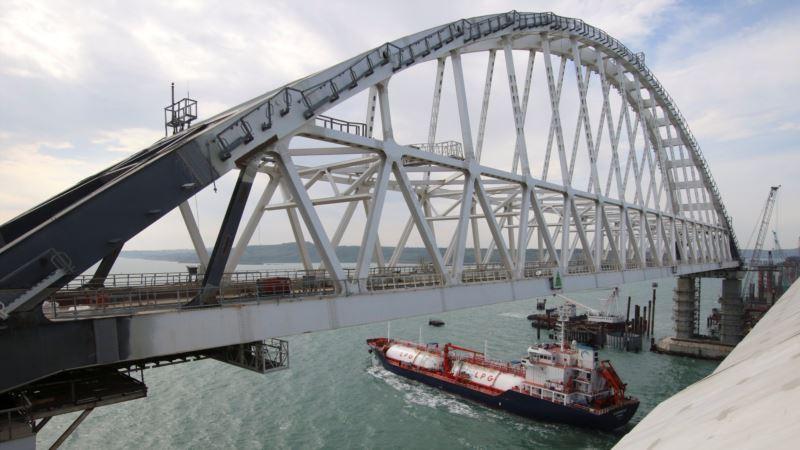 Появилось видео столкновения плавкрана с опорой Керченского моста (+ видео)
