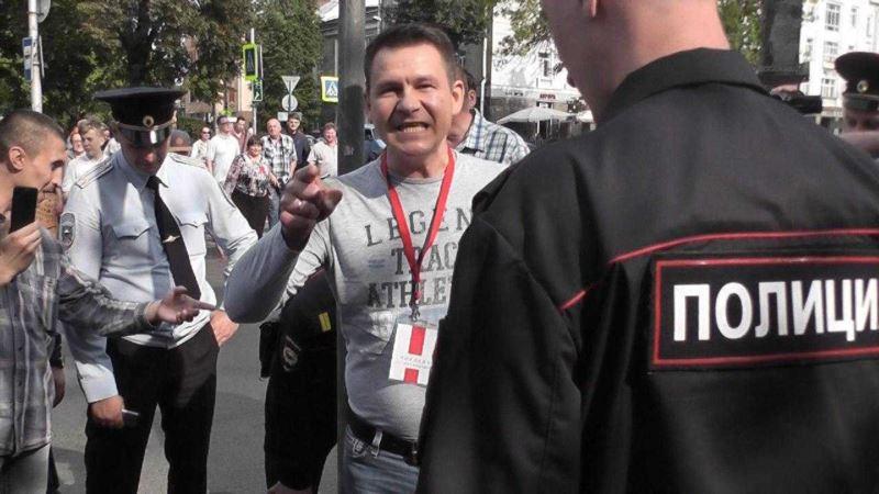 Россия: в Пскове приковавшего себя к столбу активиста арестовали на трое суток