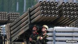 КНДР не показала ядерные ракеты на праздничном параде (+фото)