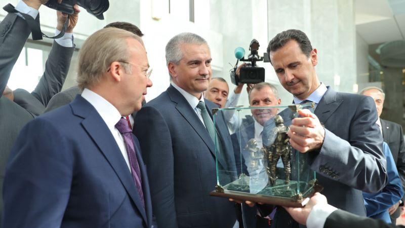Аксенов подарил Асаду копию «памятника вежливым людям» (+фото)