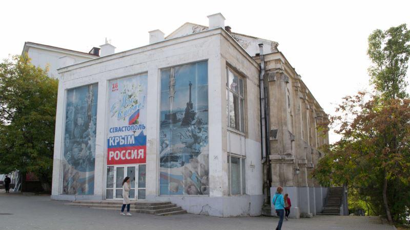 В стену бывшего кинотеатра «Дружба» в Севастополе вставили крест