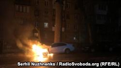 Авто горит возле посольства России в Киве