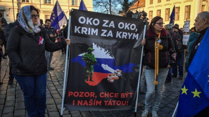 На митинге в Праге развернули плакат на тему «крымского» скандала с сыном премьера Чехии (+фото)
