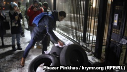 Активисты пытаются поджечь шины у посольства России в Киеве (+фото)