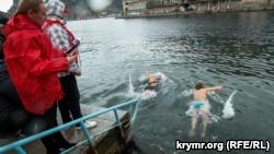 В Севастополе «моржи» открыли сезон зимнего плавания (+фото)