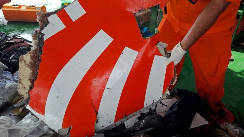 На месте падения самолета в Индонезии погиб водолаз
