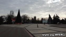 На центральной площади Керчи установили новогоднюю елку (+фото)