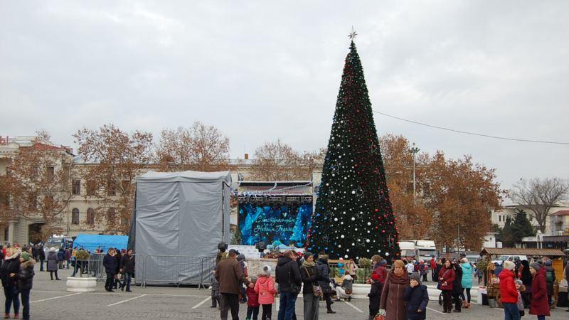 На главную елку Севастополя пропускали военные Росгвардии (+фото)