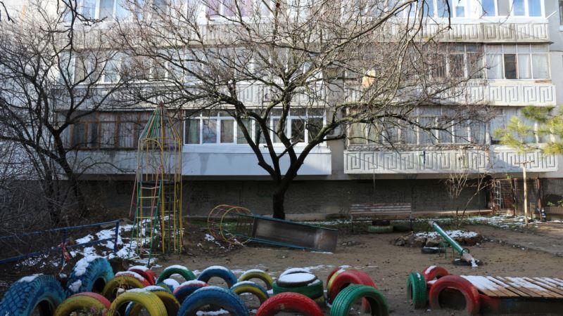 Симферополь: коммунальщики два месяца не могут засыпать яму на детской площадке (+фото)