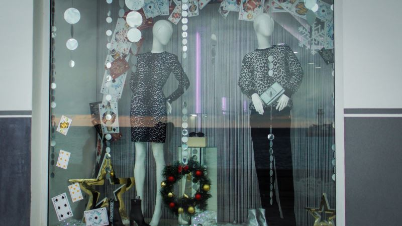 Алкоснеговики и зайцы вместо свиней: новогодние витрины в Ялте (фотогалерея)