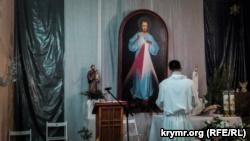 Римо-католики Севастополя провели богослужение в ветхом здании возвращенного костела (+фото)