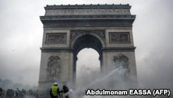 Париж готовится к протестам, закрыты музеи и магазины