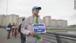 Россия: в Петербурге закрыли дело из-за баннера на мосту Кадырова