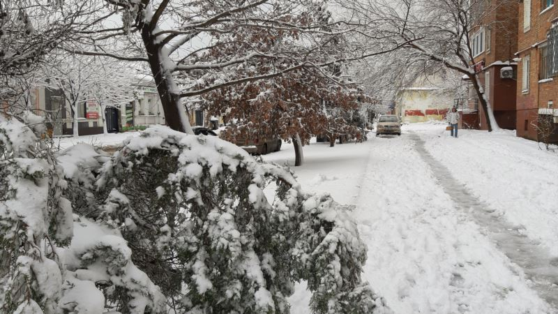 Снегопад частично парализовал движение в Керчи (+фото)