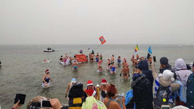 В Евпатории прошел рождественский заплыв «моржей» (+фото)