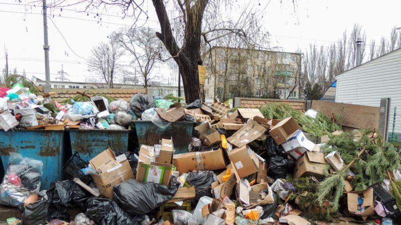 Жители российского Красноярска жалуются на мусорные завалы