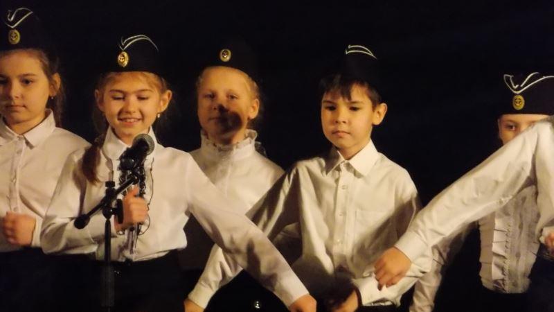 В Севастополе дети в армейской форме пели о войне и российской армии (+фото)