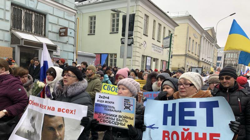 В Москве на марше памяти Немцова звучали лозунги в поддержку заключенных граждан Украины