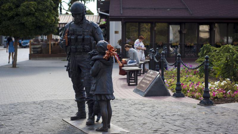 Суд в Крыму продлил арест мужчине, облившему краской памятник «вежливым людям»