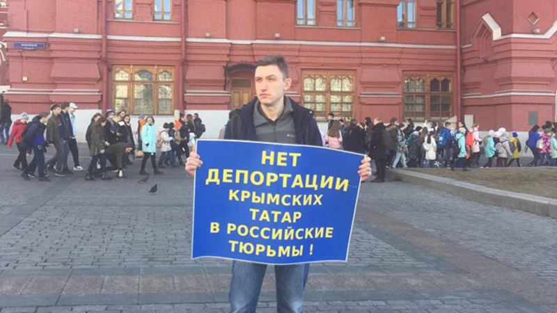 В центре Москвы проходит одиночный пикет против «депортации крымских татар в российские тюрьмы» (+фото)