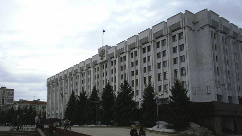 Россия: в Самаре директора кладбища уволили из-за гроба перед правительством