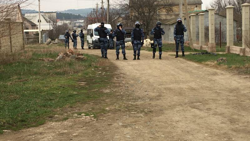 Сотни силовиков на улицах Крыма. Массовые обыски у крымских татар (фотогалерея)