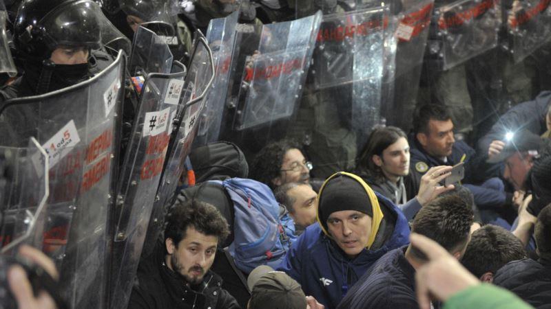 Массовые протесты в Сербии: полиция выгнала демонстрантов из здания гостелевидения