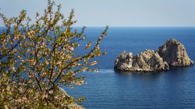 Погода в Крыму: сильный ветер на ЮБК и потепление до +18