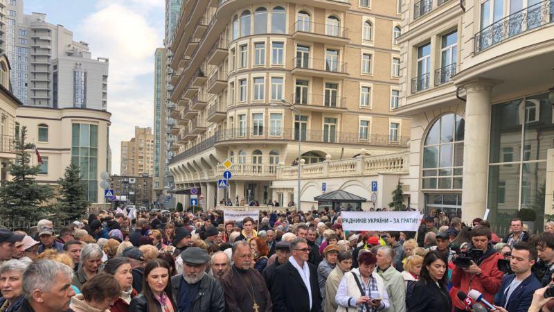 У офиса Зеленского произошло столкновение между сторонниками и противниками кандидата