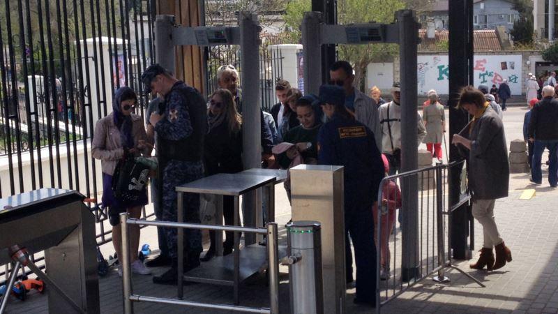 В собор Херсонеса верующих пропускали через металлоискатели и досмотр (+фото)
