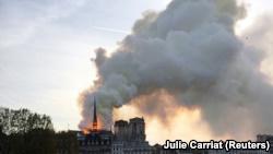 В Париже масштабный пожар в Соборе Парижской Богоматери (+фото, видео)