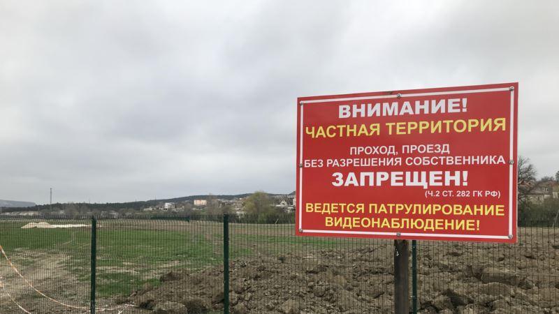 Белогорцы протестуют против строительства теплицы российской компании возле реки