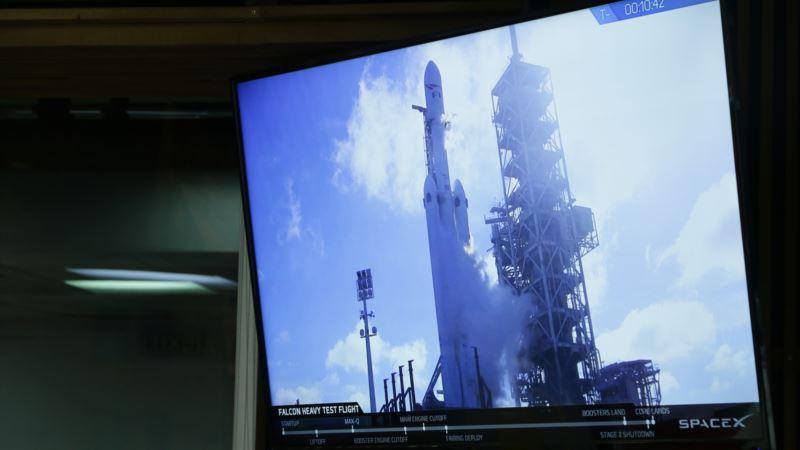 Компания SpaceX запустила на орбиту самую мощную в мире ракету-носитель с грузом