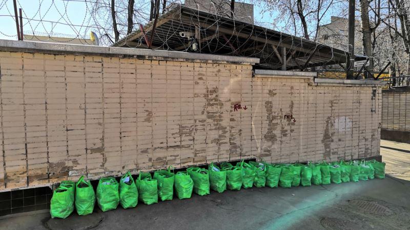 Российские волонтеры передали в СИЗО 24 сумки продуктов для украинских моряков (+фото)