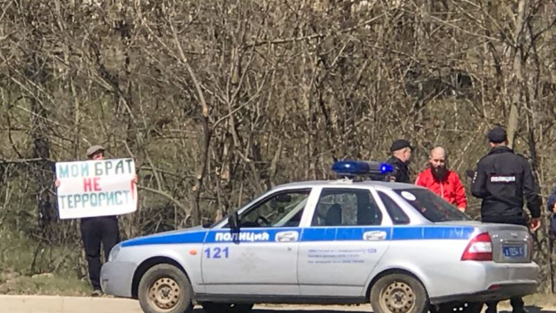 «Мой брат – не террорист!»: в Крыму прошел одиночный пикет в поддержку арестованных крымскотатарских активистов