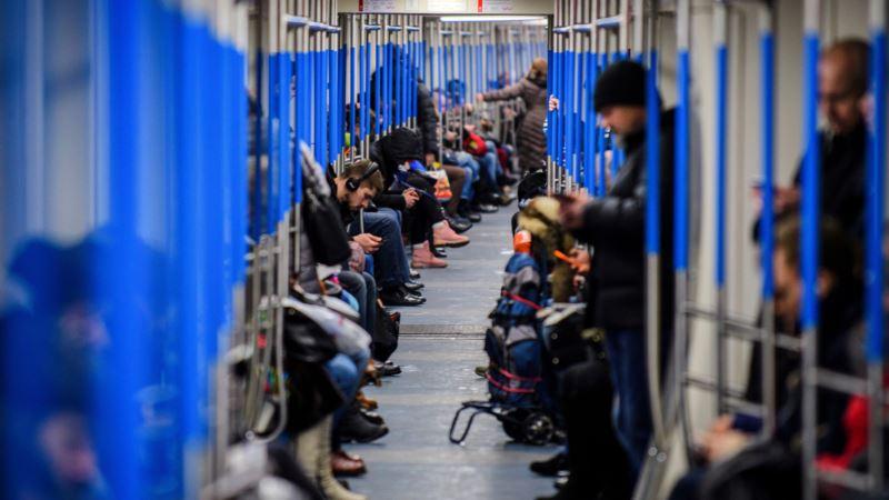 Россия: в тоннеле московского метро застряла почти тысяча человек
