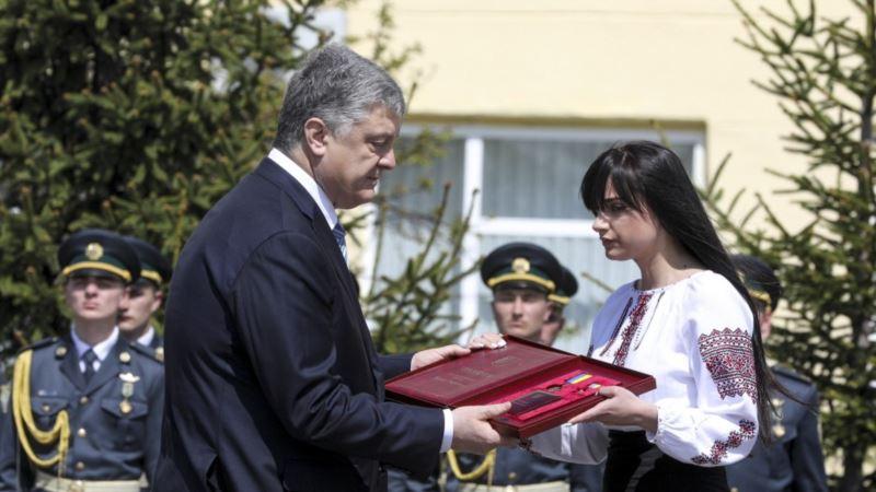 «Вышел с гранатой к 200 боевикам». Порошенко посмертно присвоил звание Героя Украины пограничнику Момоту