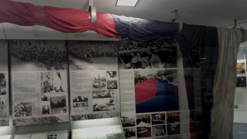Музей Берлинской стены продает оригинальный российский флаг с путча 1991 года в Москве