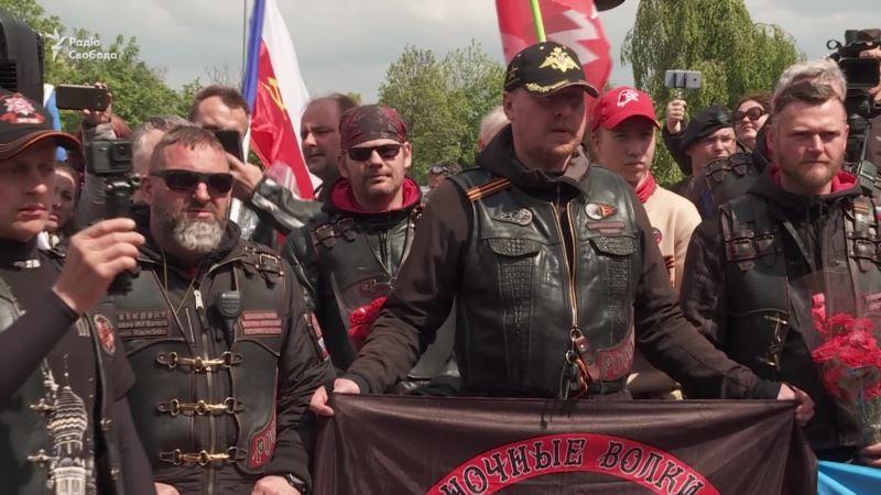 С «георгиевскими лентами» и флагом «ДНР»: «Ночные волки» приехали в Прагу (видео)