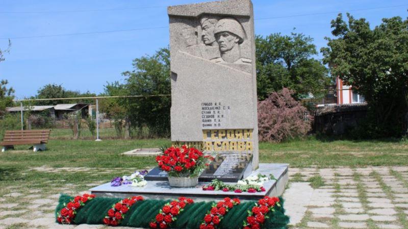 В Орловке восстановили разбитый памятник крымским татарам, погибшим во Второй мировой войне (+фото)