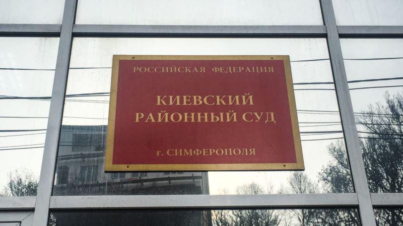 Симферополь: к суду над крымскотатарскими активистками подогнали автозак с омоновцами