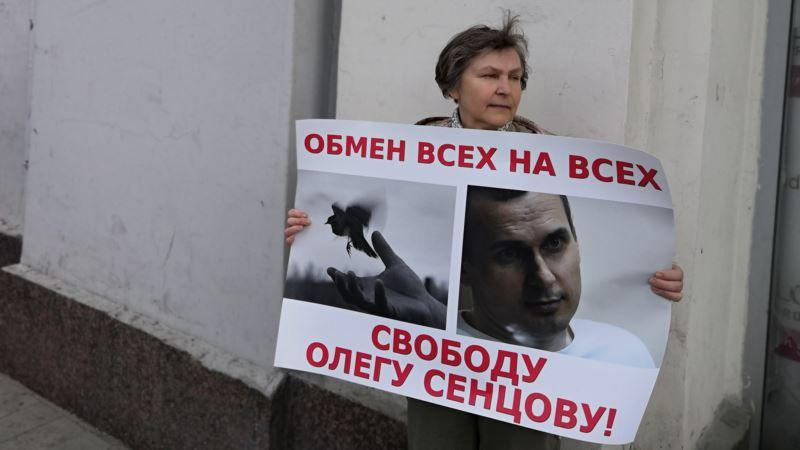«Свободу Олегу Сенцову!» В Москве прошли одиночные пикеты
